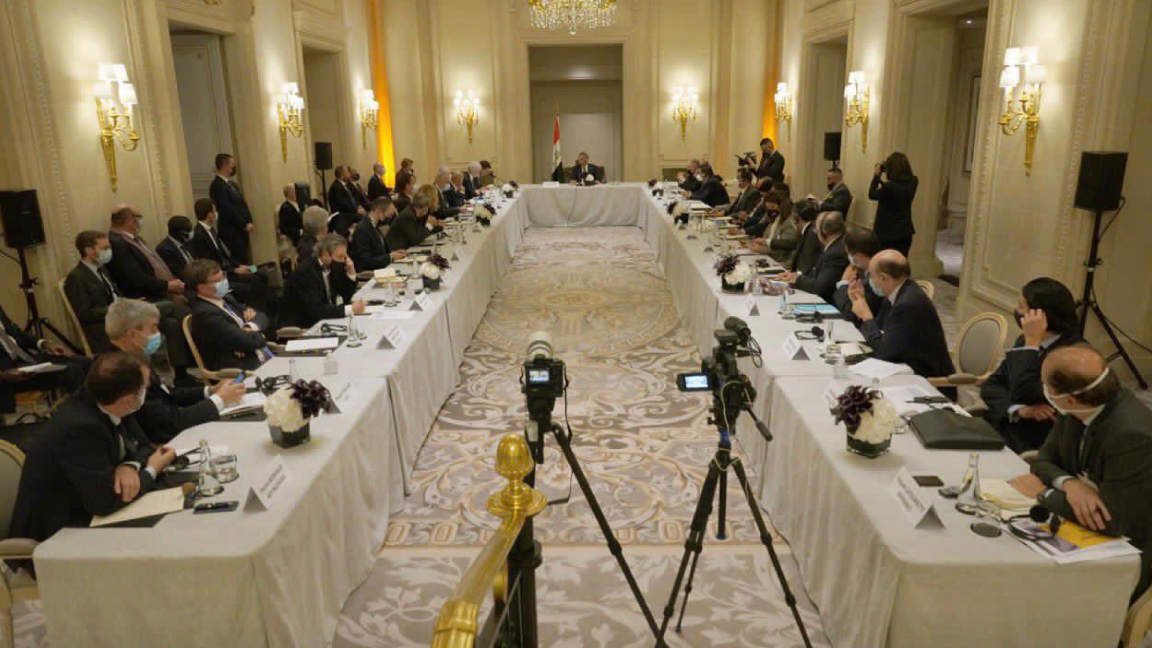 الكاظمي مجتمعًا في باريس مع رؤساء شركات فرنسية