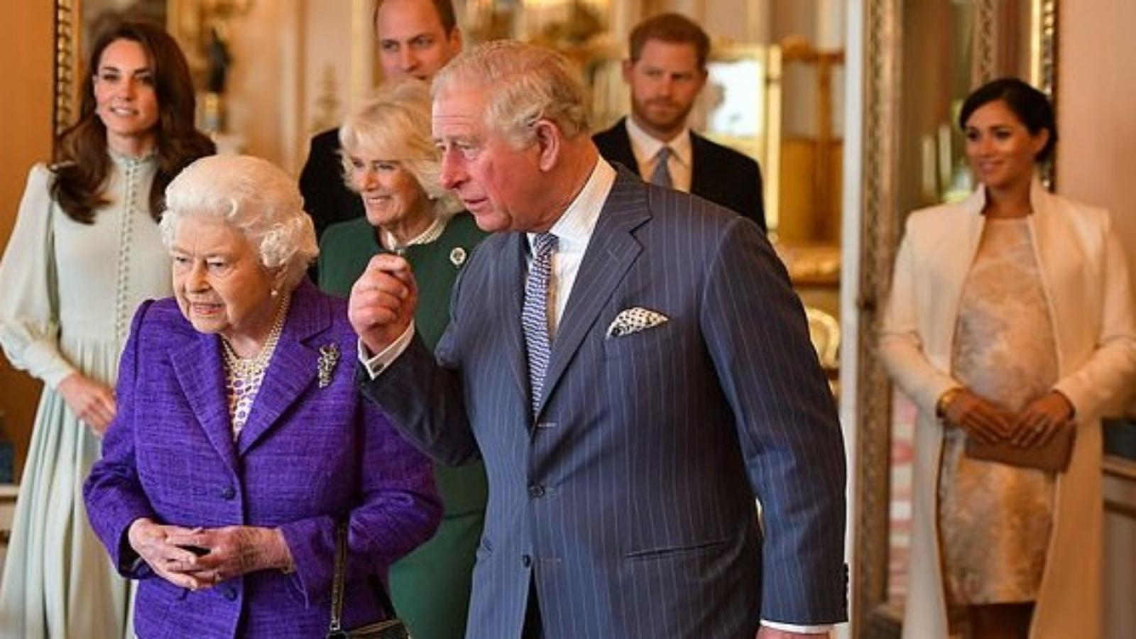 الملكة والأمير تشالز والأميران وليام وهاري والاميرتان كيت وميغان