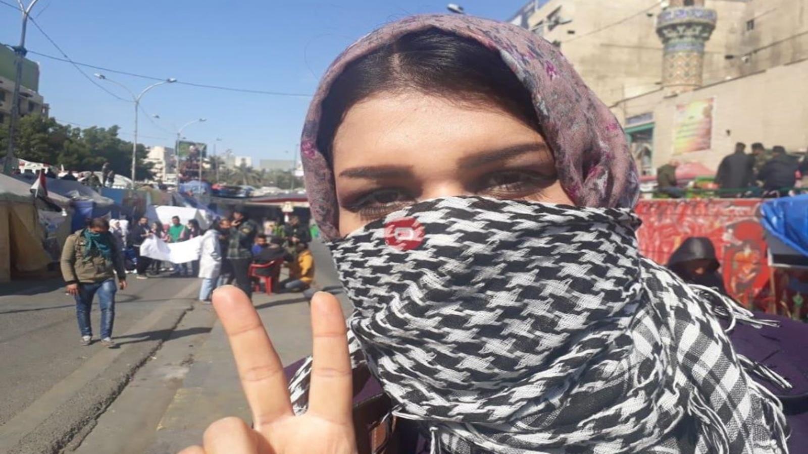 فتاة عراقية تشارك في التظاهرات الشعبية وسط بغداد