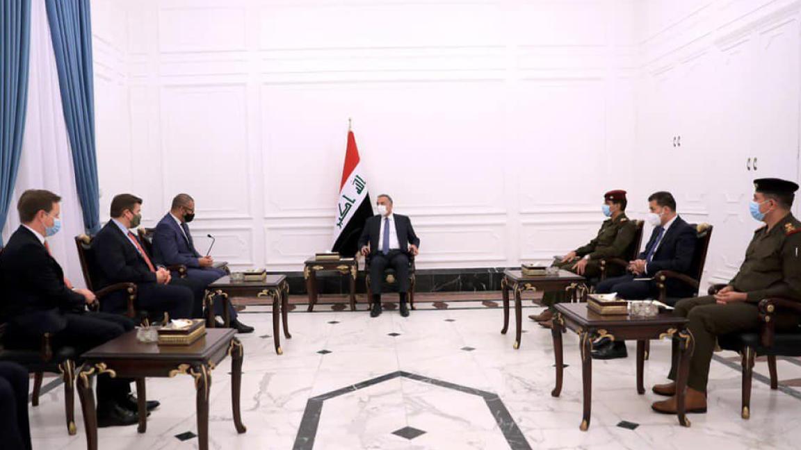 الكاظمي مجتمعًا مع وزيري شؤون الشرق الاوسط والقوات المسلحة البريطانيين