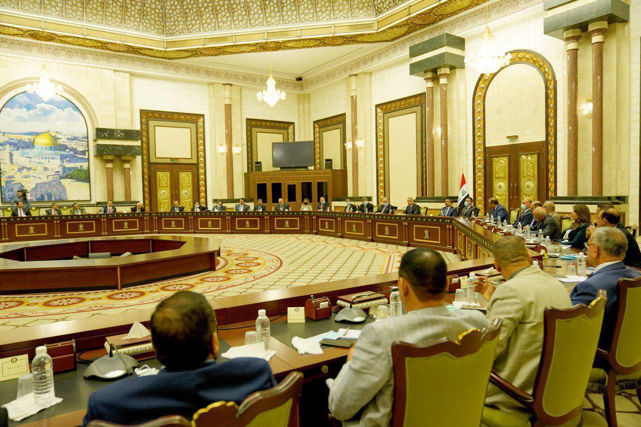 الكاظمي خلال جلسة حوارية السبت مع عدد من الوزراء واساتذة الجامعات والمحللين السياسيين