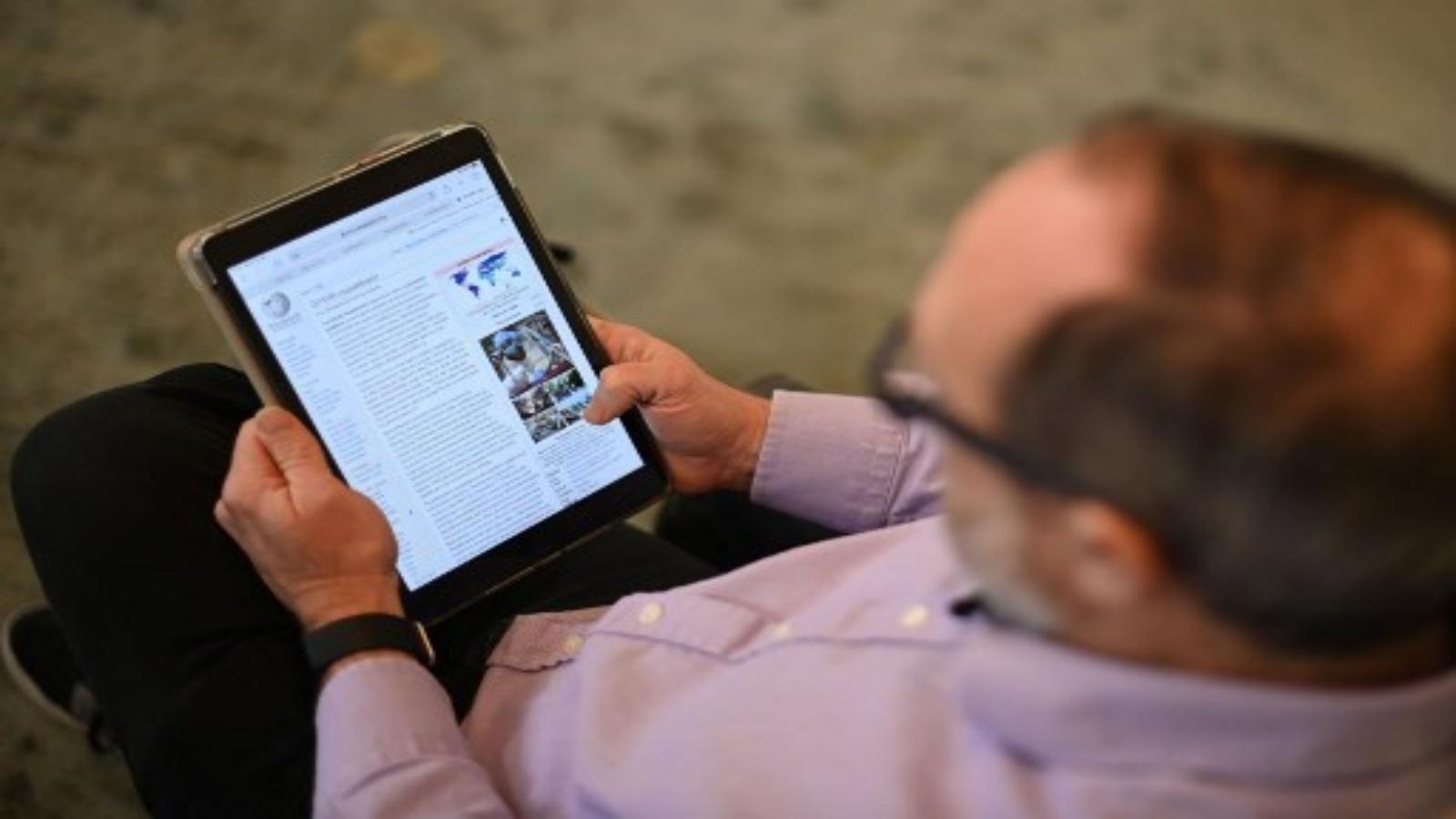 جيمي ويلز ، مؤسس موسوعة ويكيبيديا على الإنترنت ، يقف لالتقاط صورة له في لندن في 13 يناير 2021. قامت منصات التواصل الاجتماعي مثل Twitter و Facebook