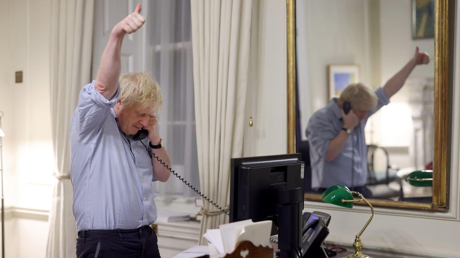 جونسون خلال اجراء المكالمة مع بايدن - صورة من (سكاي نيوز)