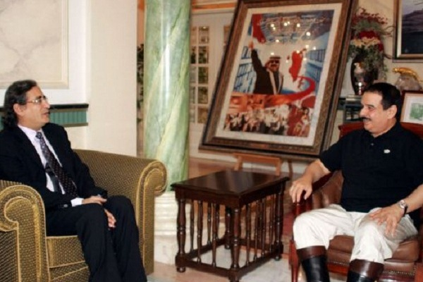 العمير خلال لقاء مع العاهل البحريني الملك حمد بن عيسى