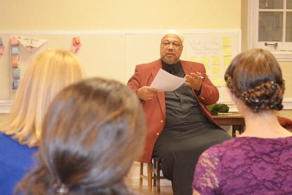 نساء أميركيات يتابعن محاضرة إمام مسجد نور الإصلاح
