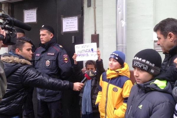 طلاب المدرسة العراقية في موسكو يحتجون على محاصرة الشرطة الروسية لها