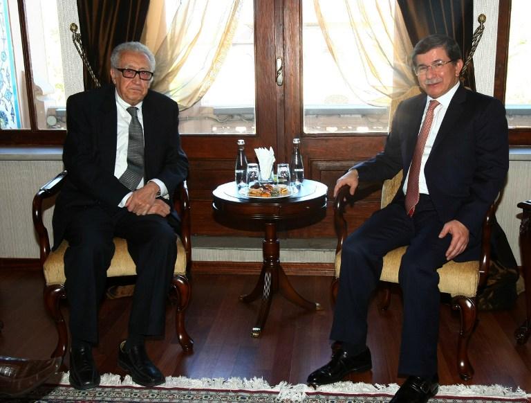 وزير خارجية تركيا أحمد داوود أوغلو خلال لقائه الابراهيمي في أنقرة