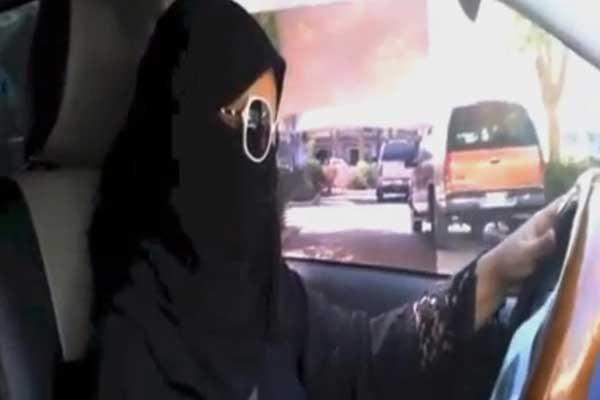 الرجل السعودي يدعم نساء بلاده في حقهن في قيادة السيارات