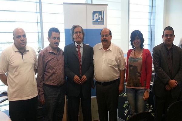 ناشر إيلاف عثمان العمير يتوسط فريق عمل إرم