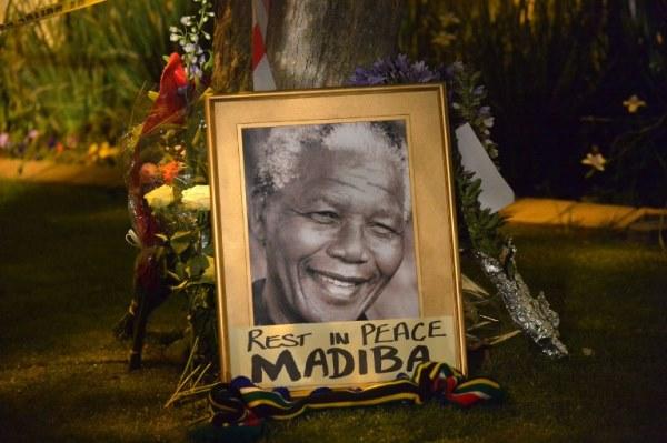 صورة لمانديلا بعد إعلان وفاته في جوهانسبرغ