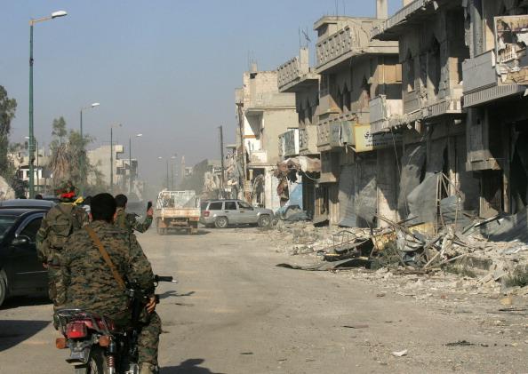 جنود سوريون يتجولون في القصير حيث تبدو آثار الدمار واضحة في المدينة