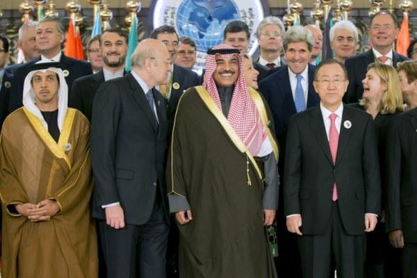 صورة جماعية للمشاركين في مؤتمر المانحين في الكويت