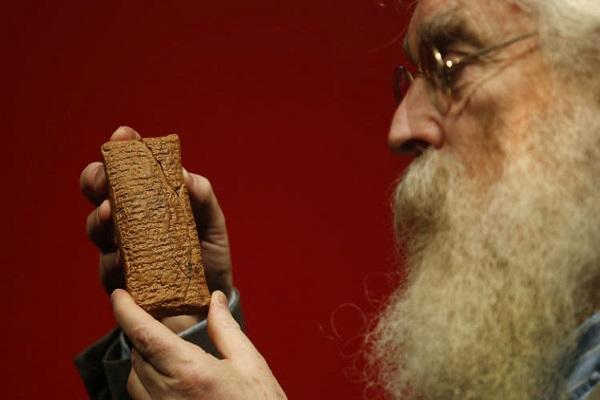 عالم الآثار البريطاني آيرفنغ فينكل