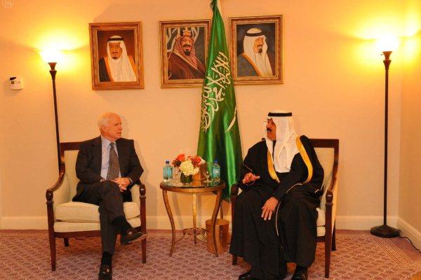 الأمير متعب بن عبدالله يلتقي جون ماكين