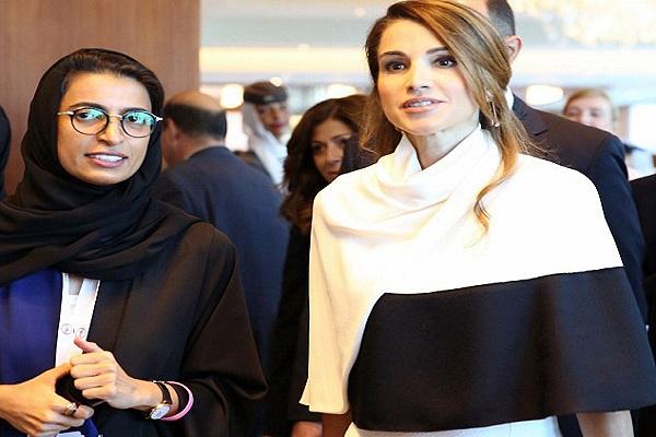 رانيا العبدالله في طريقها لإلقاء كلمتها