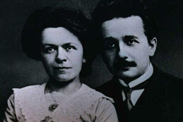أينشتاين مع زوجته ميلفا ماريك