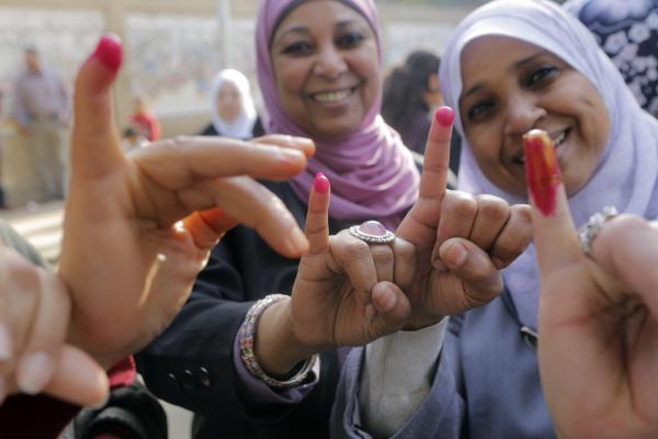 مصريات بعد التصويت في الاستفتاء على الدستور