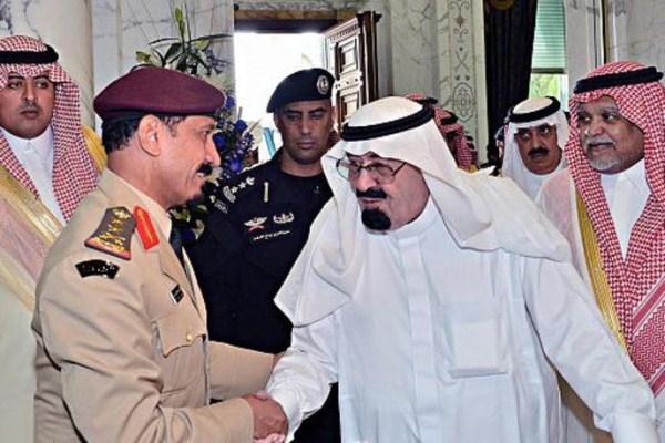 العاهل السعودي يتوسط الأمير بندر بن سلطان والفريق أول ركن يوسف الإدريسي