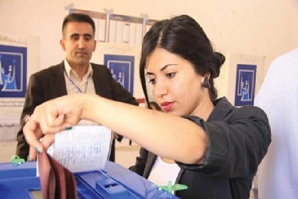 عراقية تدلي بصوتها في صندوق الاقتراع