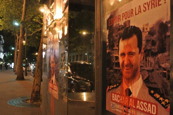 دماء على صورة للأسد في باريس
