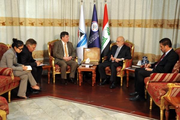 الجعفري مجتمعًا مع نائب السفير الأميركي في بغداد