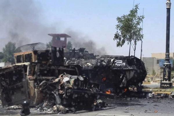 دبابات وعربات عسكرية محترقة في الموصل