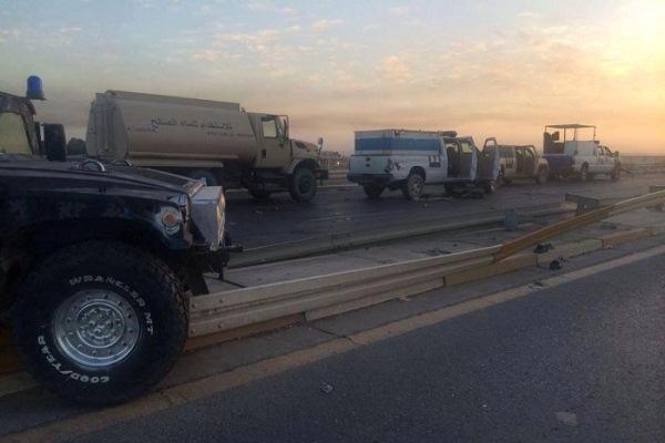 عجلات عسكرية اخلاها سائقوها في احد شوارع الموصل