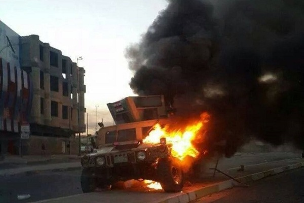 عجلة عسكرية تحترق في وسط الموصل
