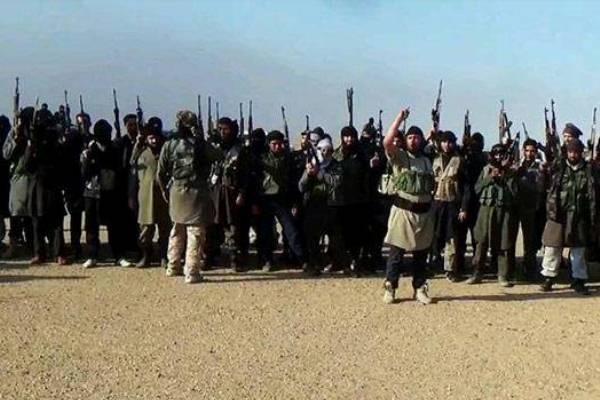 مسلحو داعش في أحد شوارع قرى محافظة صلاح الدين