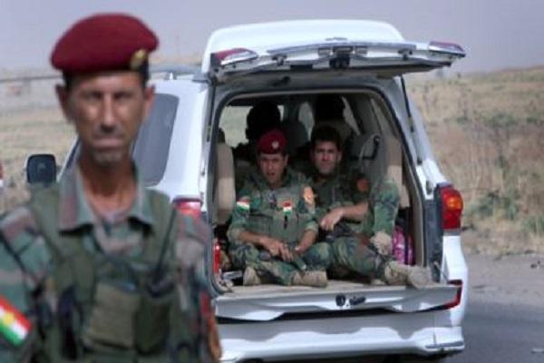 عناصر في القوات الكردية عند نقطة تفتيش قرب مدينة الموصل