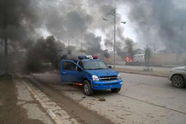 النيران تشتعل في سيارة للشرطة العراقية
