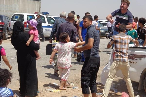 مواطنون من الموصل ينزحون عنها
