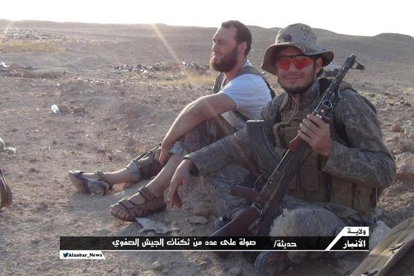 مقاتلان من داعش في مدينة حديثة في محافظة الانبار