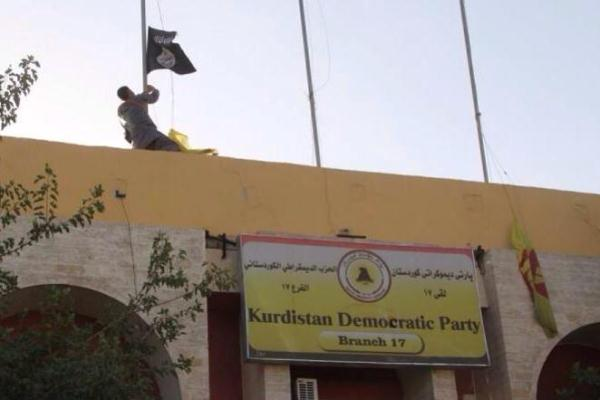 داعش يرفع علمه على مقر لحزب بارزاني