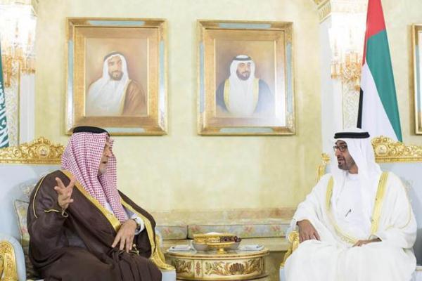 ولي عهد أبوظبي الشيخ محمد بن زايد مستقبلا وزير الخارجية السعودي الأمير سعود الفيصل
