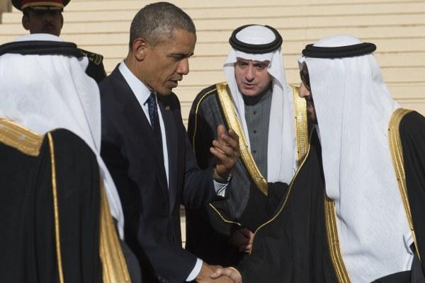 الملك سلمان مستقبلا أوباما في مطار الملك خالد في الرياض