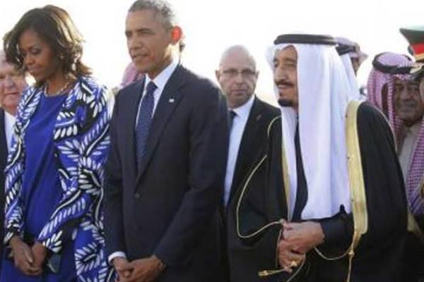 الملك سلمان مستقبلا أوباما وزوجته في مطار الملك خالد