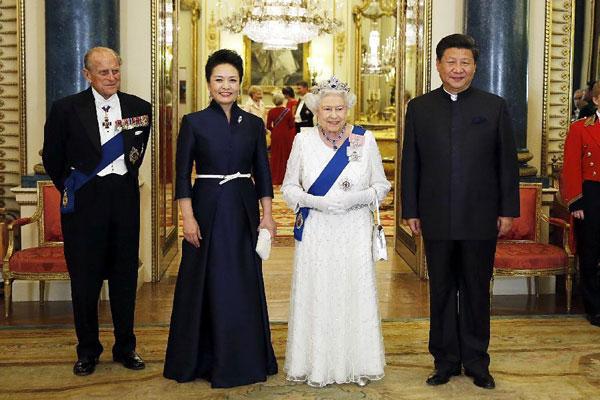 صورة تذكارية بين الجانبين الصيني والبريطاني أمس