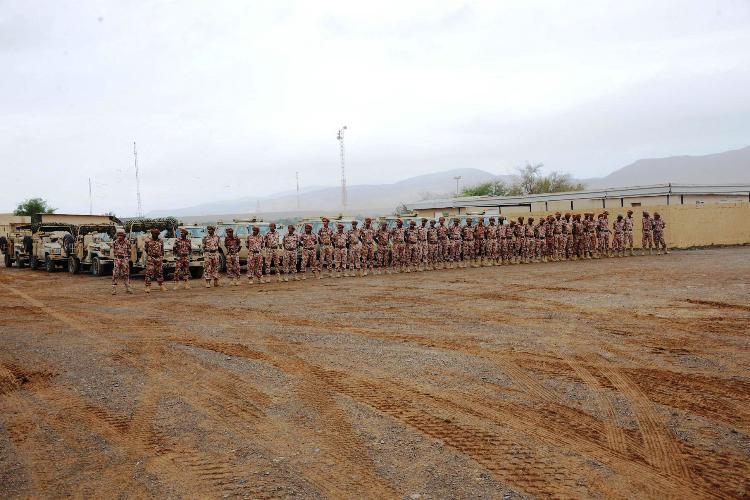 قوات من الجيش تستمع إلى التعليمات