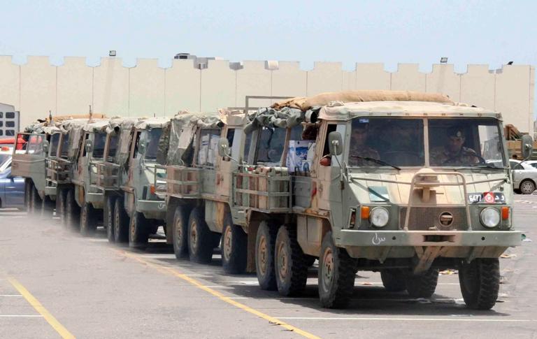 شاحنات تابعة لقوات الجيش تحمل المؤن للمخازن الاحتياطية في المحافظات المتأثرة.