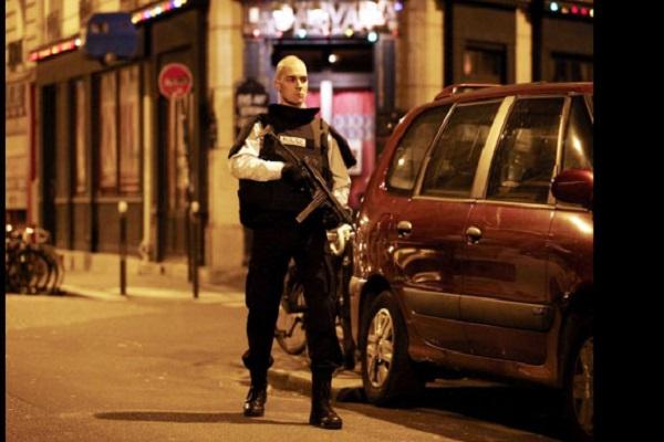 شرطي فرنسي في موقع احد التفجيرات في باريس