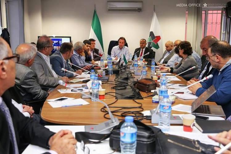 قياديون في الائتلاف الوطني السوري المعارض خلال اجتماع يناقش دعوة الخارجية السعودية لمؤتمر الرياض