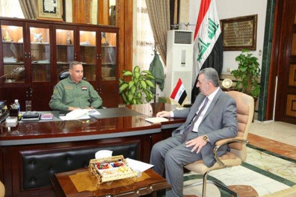 وزير الدفاع العراقي يبحث مع محافظ الانبار التطورات الامنية في المحافظة