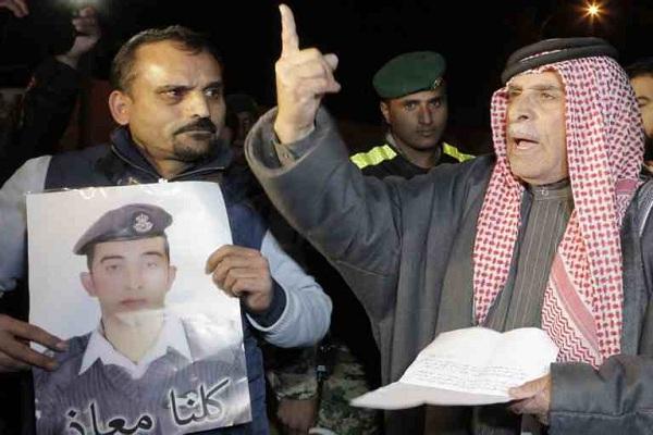 والد معاذ الكساسبة خلال وقفة تضامنية مع الطيار الأردني