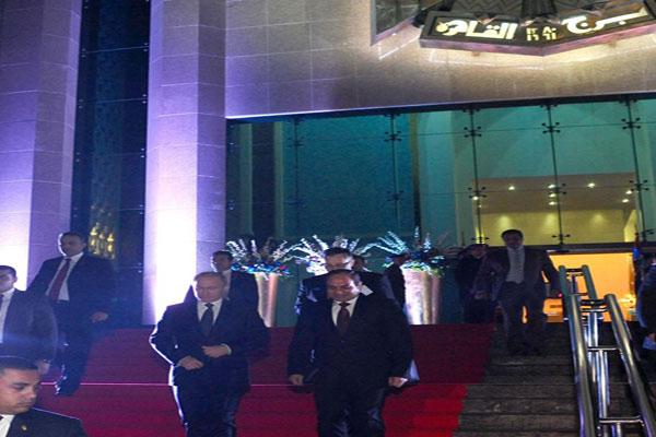 أثناء خروج الرئيسين من برج القاهرة إثر انتهاء العشاء مساء أمس