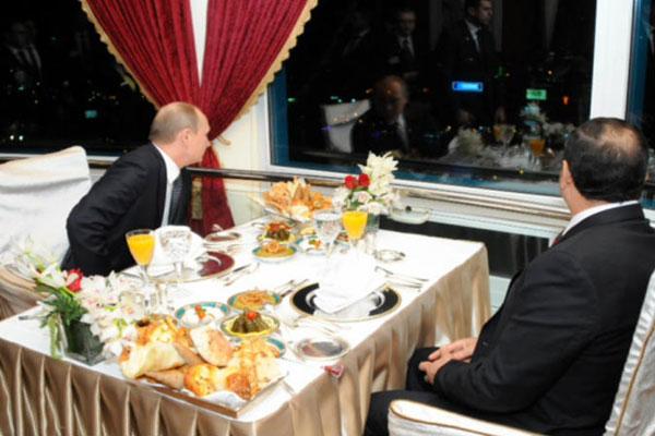 السيسي وبوتين في جلسة عشاء في برج القاهرة المطل على العاصمة