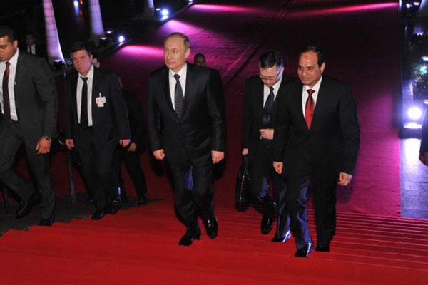 على السجاد الأحمر يدخل الزعيمان الروسي والمصري دارالأوبرا المصرية