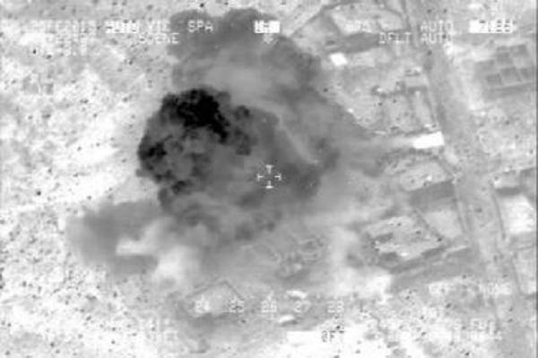 دخان يتصاعد من مقر اجتماع لقادة داعش قصفته الطائرات العراقية
