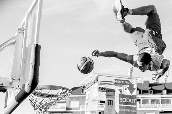 صورة التقطها مصور إسباني تجمد حركة لاعب كرة سلة