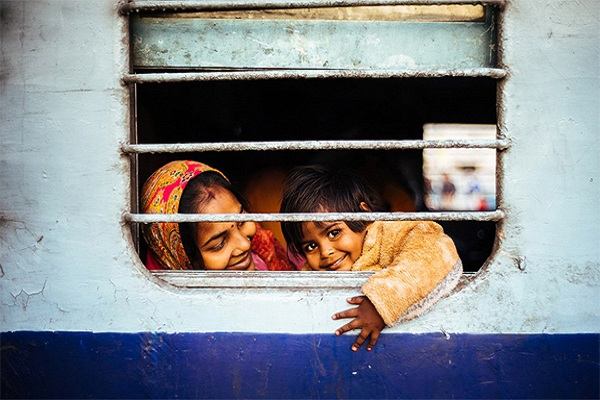 مصور من هونغ كونغ يصور لحظات انتظار أم وابنها في القطار